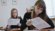 Девушки пишут тесты. Архивное фото