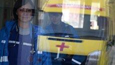Врачи бригады скорой помощи в здании больницы