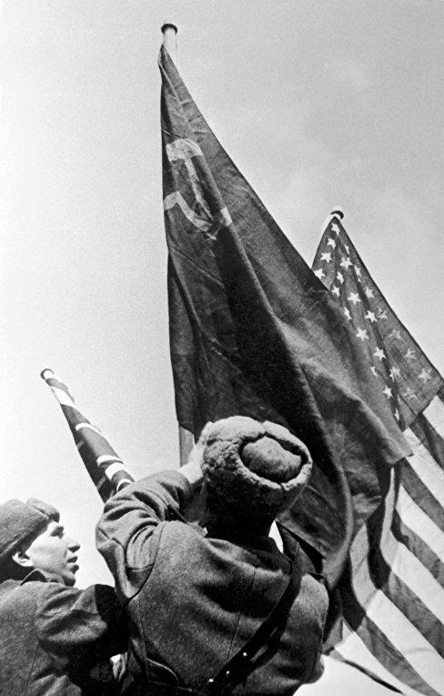 Флаги трех союзных держав в Севастополе. Ялтинская конференция. Февраль 1945 года