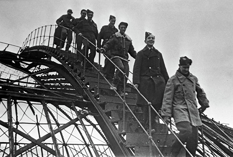 Участники Ялтинской конференции глав правительств трех союзных стран во время осмотра разрушенного здания панорамы города