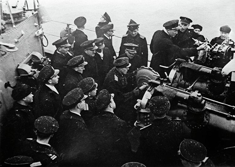 Офицеры США, прибывшие на Ялтинскую конференцию глав правительств трех союзных держав, знакомятся с торпедным вооружением советского крейсера Ворошилов. Севастополь. 1945 год.