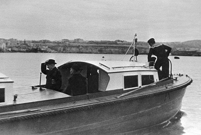 Министр иностранных дел Великобритании Иден на борту катера, отходящего от Графской пристани в Севастополе