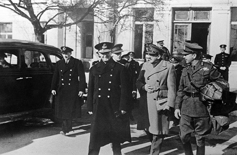 После совещания группа английских офицеров выходит из здания штаба Черноморского флота в городе Севастополе