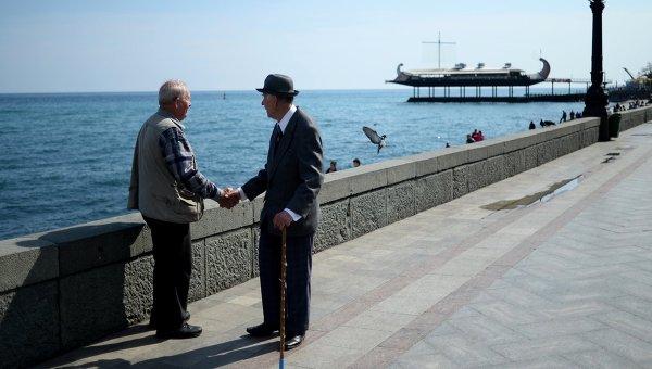 Пожилые люди на набережной в Ялте
