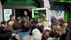 Вкладчики ПриватБанка стоят в очереди на подачу заявлений о компенсации в Симферополе