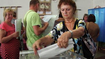 Жительница Севастополя на одном из избирательных участков города во время выборов в Законодательное собрание Севастополя и муниципальные образования города