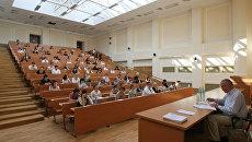 В аудитории ВУЗа.