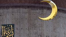 Возведение полумесяца на минарет. Архивное фото