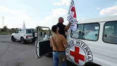 Машины Международного Красного Креста. Архивное фото
