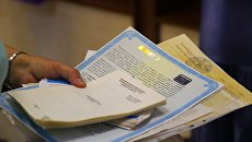 Женщина с кипой документов для переоформления в Крымгазсети, Симферополь