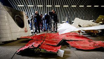 Обломки самолета Boing 777 в ангаре