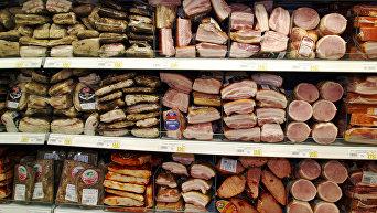 Продажа мясных изделий в магазине