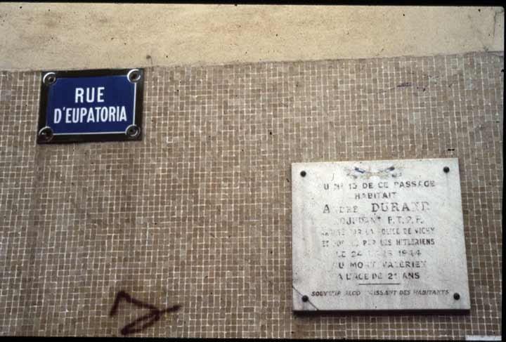 Мемориальная доска на улице Евпатории в Париже