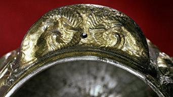 Золотая ручка чаши в форме двух голов баранов