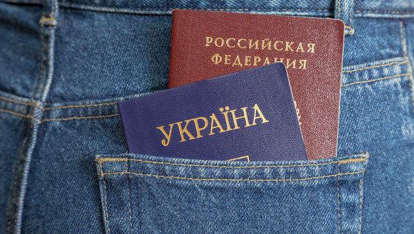 Российский и украинский паспорта. Архивное фото