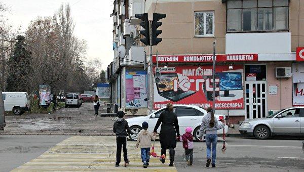 Водители пропускают пешеходов через дорогу