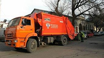 Новый мусоровоз на улице Симферополя