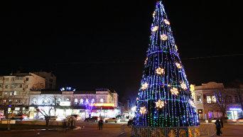 Новогодняя елка на центральной площади имени Ленина в Симферополе