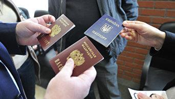 Оформление паспортов граждан РФ. Архивное фото