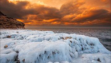 Замерзшие скалы с наледью под Севастополем
