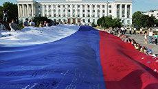 Жители Симферополя во время празднования Дня российского флага. Архивное фото