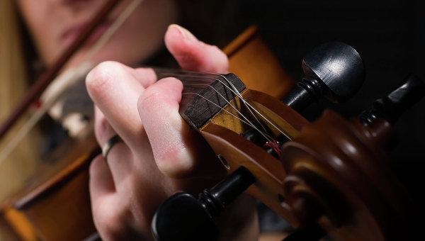 Девушка играет на скрипке, архивное фото