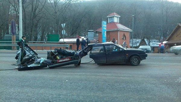 На крымской трассе разорвало машину пополам