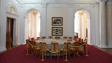 Ливадийский дворец. Круглый стол, за которым 4 февраля 1945 года проходила встреча большой тройки: Иосифа Сталина, Франклина Рузвельта, Уинстона Черчилля