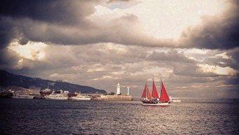 Яхта с алыми парусами. Архивное фото