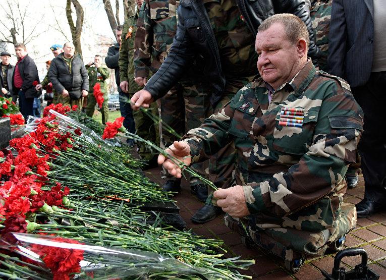 Возложение цветов в Симферополе, приуроченное ко Дню памяти о россиянах, исполнявших служебный долг за пределами Отечества и 27-й годовщине вывода советских войск из Афганистана