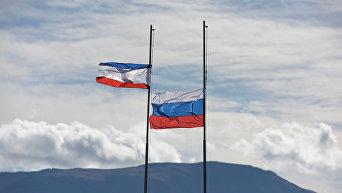 Флаги Крыма и России на фоне гор