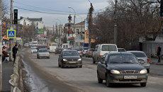 Движение машин по одной из улиц Симферополя