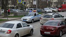 Движение автомобилей по одной из улиц Симферополя