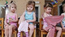 Дети одеваются в детском саду