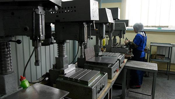 Завод Фиолент в Симферополе. Женщины работают в цехах по сборке и настройке оборудования