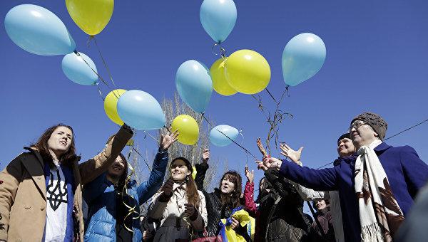 Жители Симферополя запускают воздушные шары в честь Тараса Шевченко
