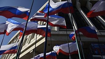 Флаги Крыма и России на фоне здания Верховного совета РК