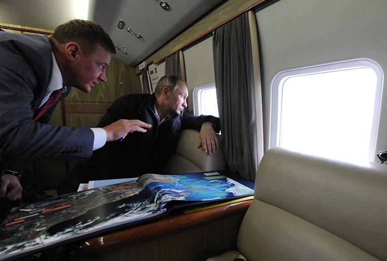 Президент России Владимир Путин (справа) и руководитель Федерального дорожного агентства (Росавтодора) Роман Старовойт во время облета транспортного перехода через Керченский пролив