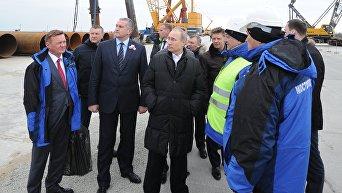 Президент России Владимир Путин (в центре) во время посещения строительной площадки транспортного перехода через Керченский пролив на острове Тузла