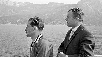 Гагарин и Титов на морской прогулке