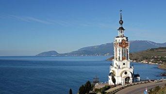 Храм-маяк в честь святого Николая стоит на берегу моря в Малореченском. Его высота - 65 метров.