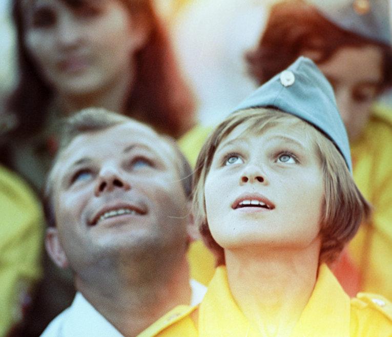 """Лётчик-космонавт Гагарин среди пионеров в """"Артеке"""""""