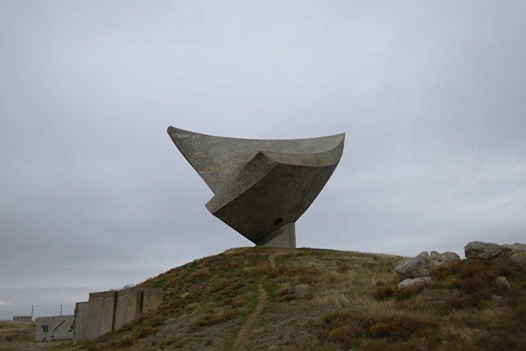 Памятник Парус на территории музея истории Эльтигенского десанта