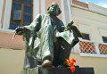 Памятник Айвазовскому возле картинной галереи в Феодосии
