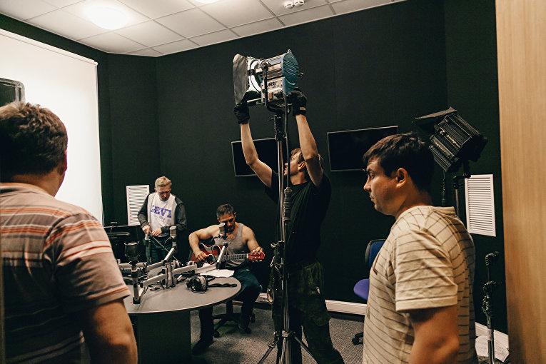 Съемки эпизода фильма Первоклашки из Крыма в студии радио Спутник в Крыму