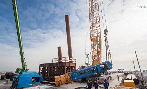 Первый этап строительства: забивка свай, устройство фундаментов опор моста