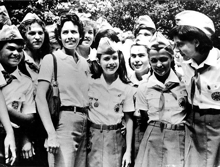 Саманта Смит с матерью Джейн и артековцами. Фото из архива музея МДЦ Артек