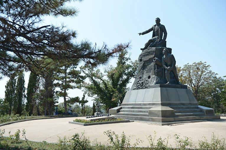 Памятник герою Крымской войны, вице-адмиралу Владимиру Корнилову на территории Малахова кургана в Севастополе