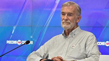 Политический активист, основатель организации ветеранов американской разведки Раймонд Беркли Макговерн на пресс-конференции в мультимедийном пресс-центре МИА Россия сегодня в Симферополе