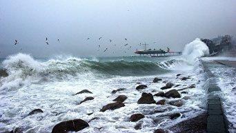 Набережная Ялты во время шторма на Черном море